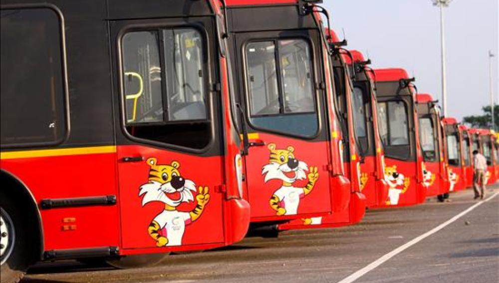 Autobuses urbanos en un parking
