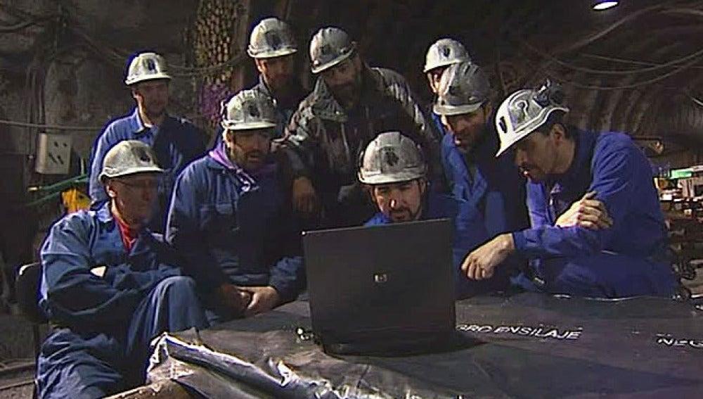 Los mineros reciben un saludo desde la mina