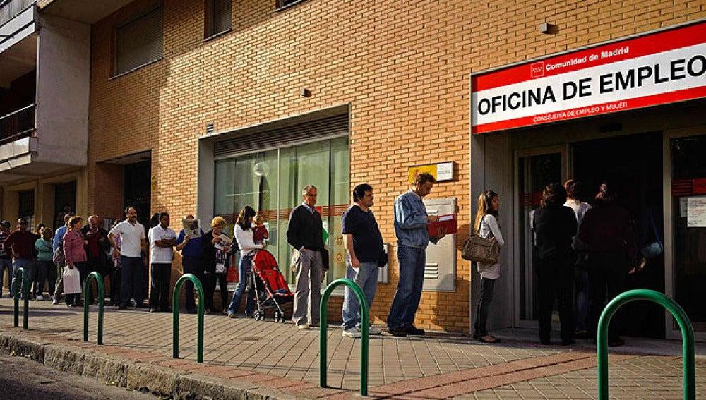 Cola de trabajadores a las puertas del INEM