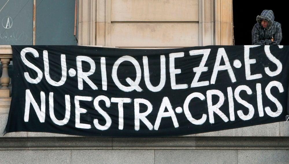 Cartel anticapitalista en un edificio del centro de Barcelona