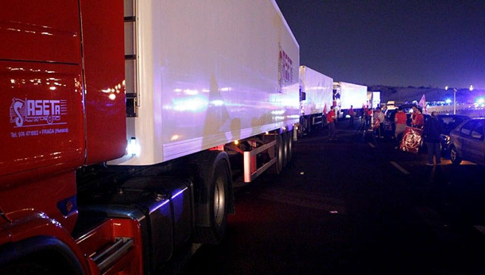 Camiones a la entrada de Mercamadrid