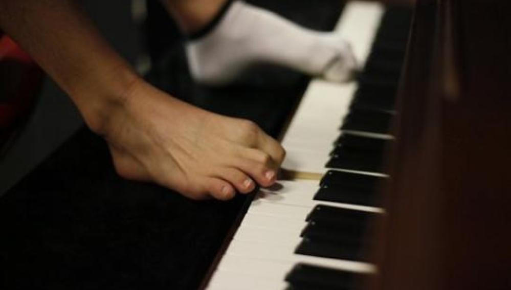 Tocando el piano con los pies
