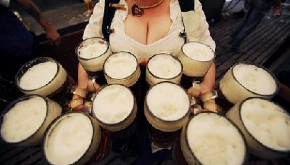 Camarera sirviendo cerveza