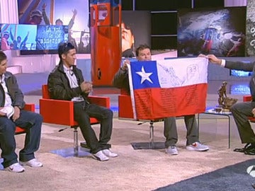 Los mineros junto a una bandera de Chile