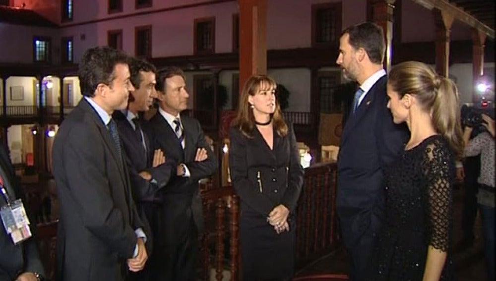 Los príncipes visitan al equipo de Antena 3