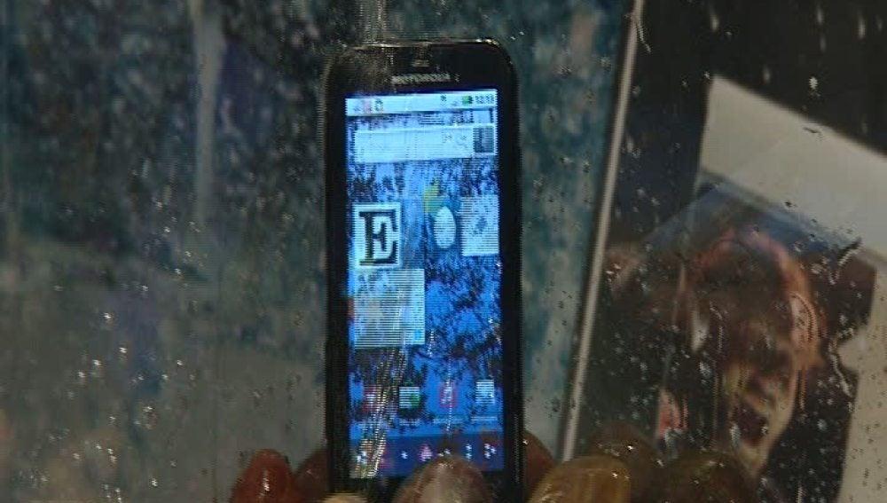 Nuevos teléfonos con pantallas que no se rayan y sumergibles