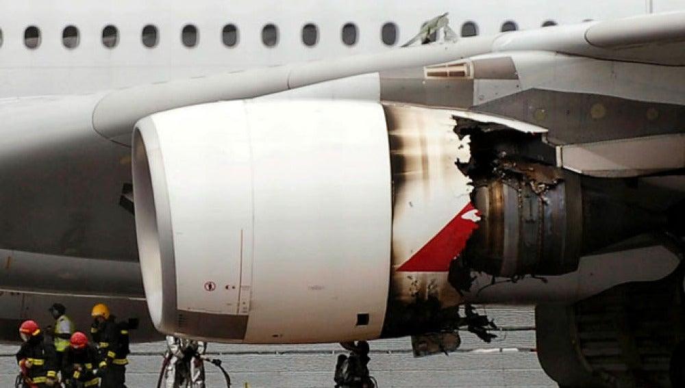Los bomberos inspeccionan el motor siniestrado del Airbus A380
