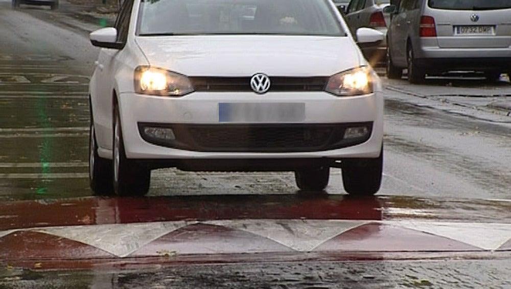 Un coche atravesando un badén