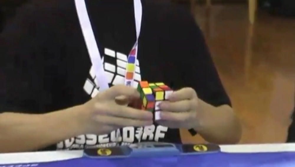 Nuevo récord resolviendo el cubo de rubik