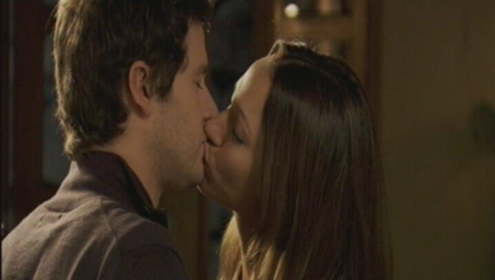 Nico besa a Adriana