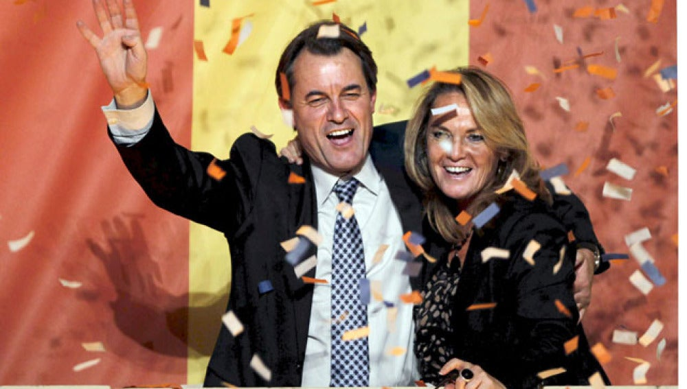 Artur Mas celebra la victoria junto a su mujer