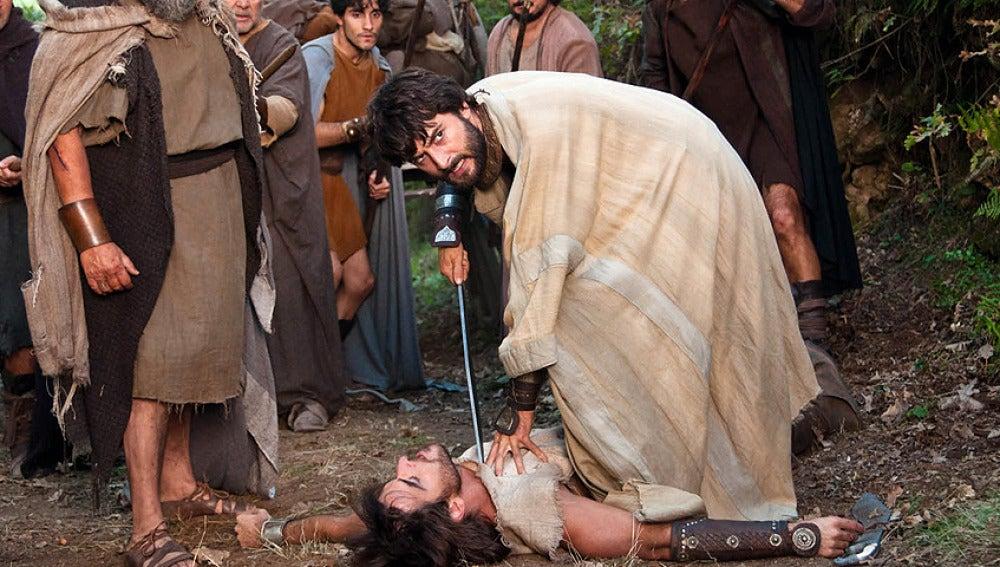 Alejo apunta a Darío con una espada