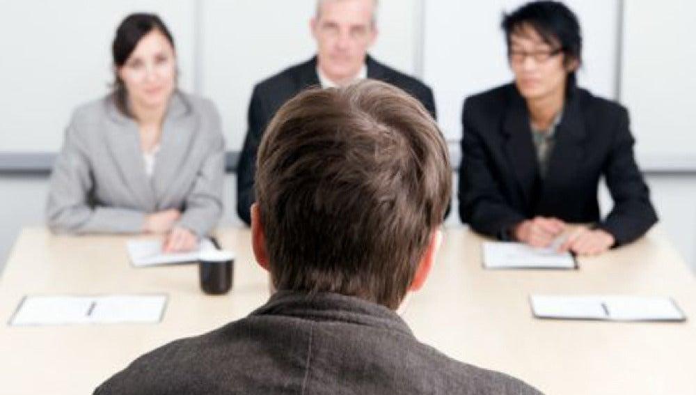 Un hombre enfrentándose a una entrevista de trabajo