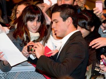 Mario Casas con sus fans en Gran Vía