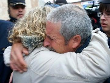 La madre de Sandra Palo, abraza al padre de Cristina Martín a su llegada al juzgado