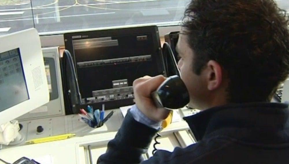 Un controlador trabaja en un aeropuerto canario