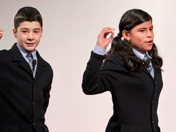 Alfredo R. Grande y Marisel Carvajal muestran el número 75.913