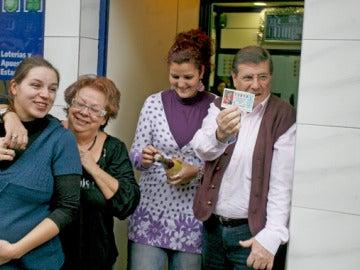 El lotero encargado de repartir el tercer premio posa sonriente