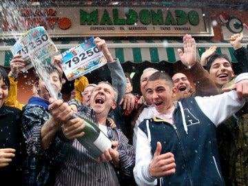 El dueño del bar Maldonado festeja el Gordo junto a sus clientes
