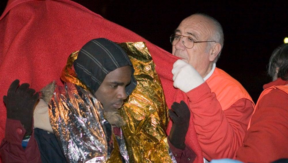Un inmigrante es atendido por la Cruz Roja