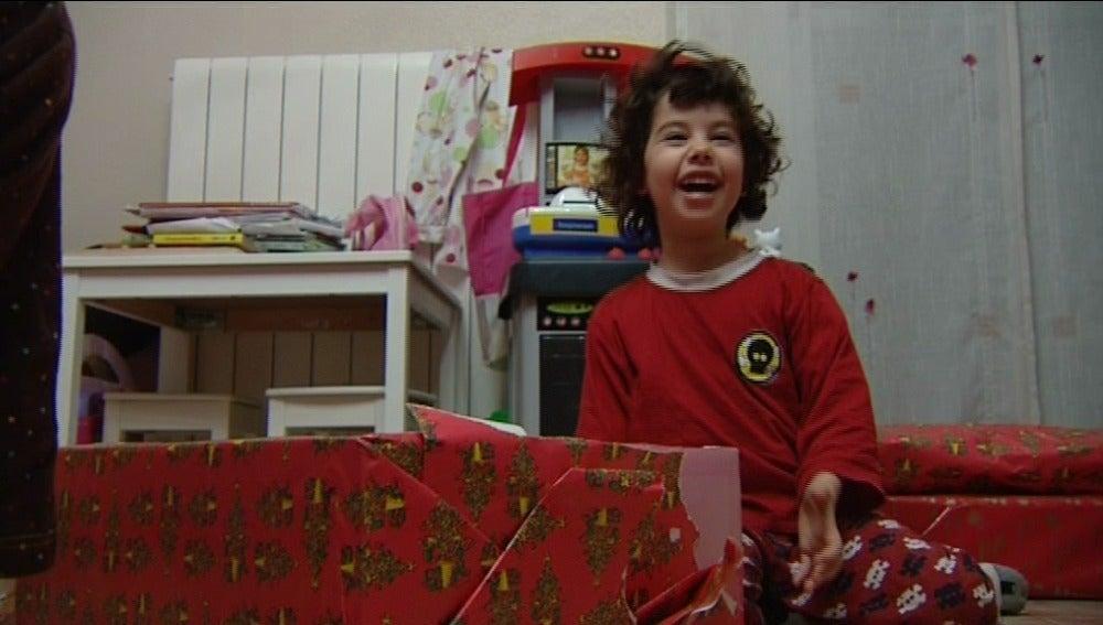 Niña abriendo sus regalos de Reyes