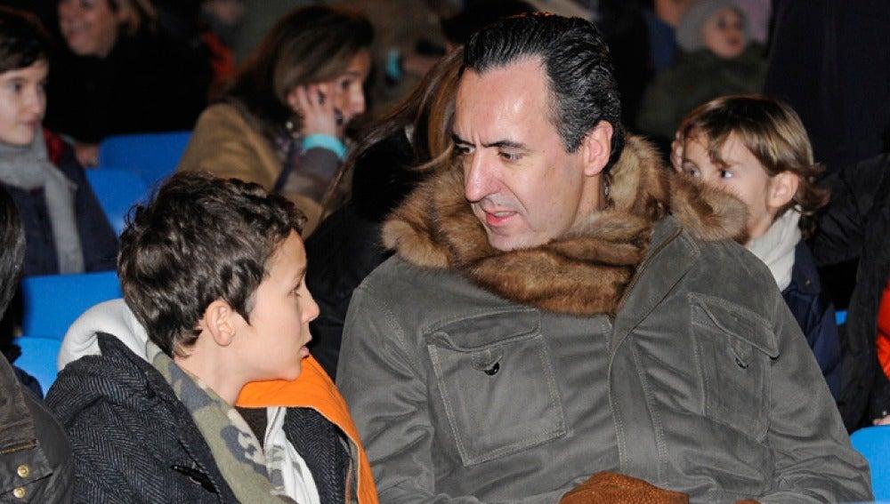 Froilán habla con su padre Jaime de Marichalar en la cabalgata