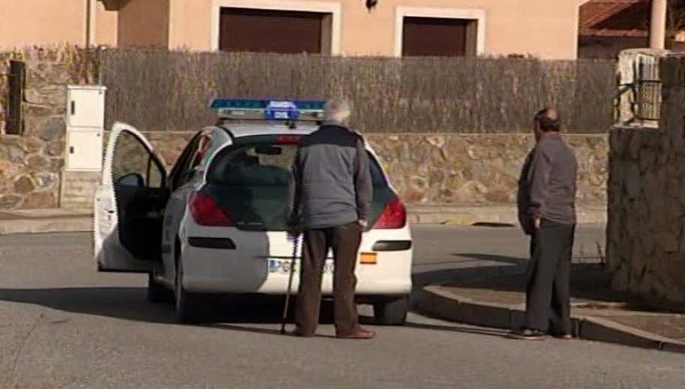 Un coche de la Guardia Civil en Torrecaballeros (Segovia)