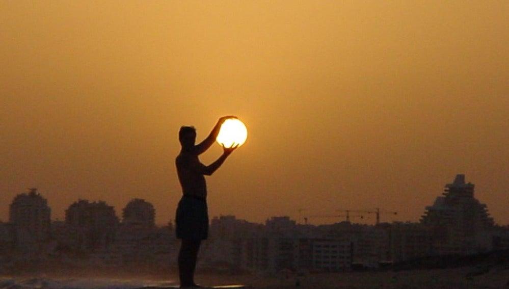 El sol en sus manos