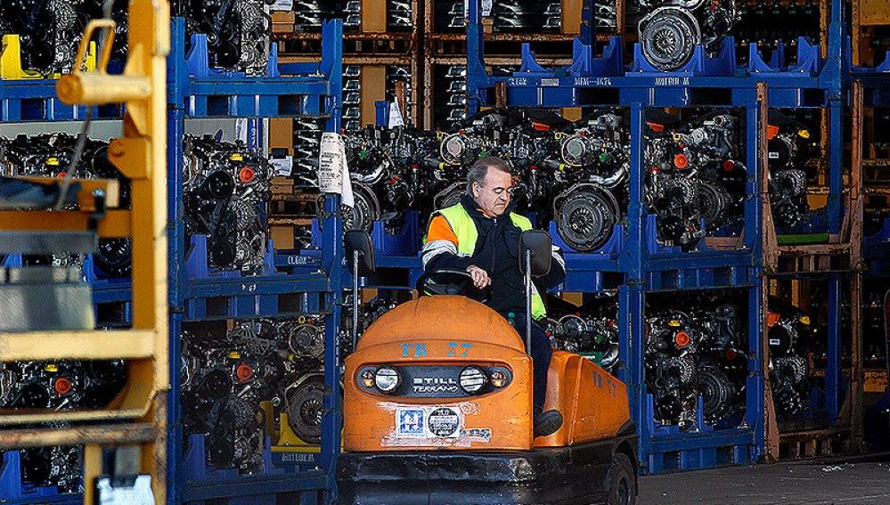 Un trabajador en la planta de la zona Franca de Barcelona