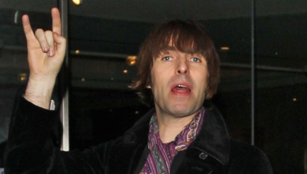 Liam Gallagher, saludando