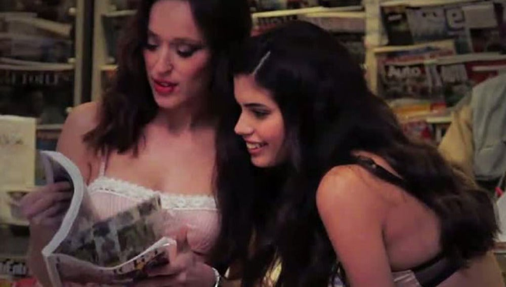 Chicas leen la prensa en ropa interior