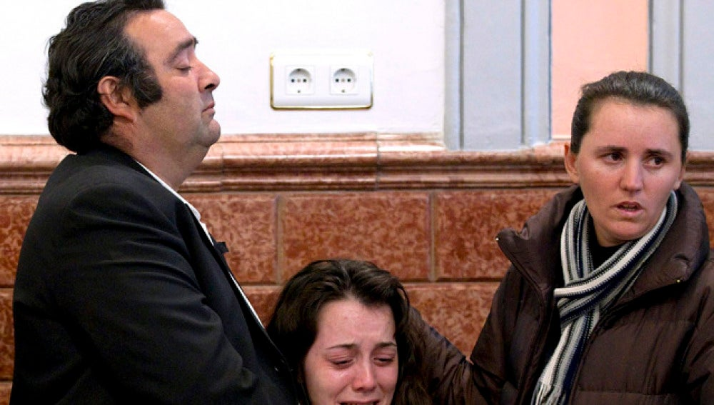 Los padres de Esther Jiménez durante el funeral