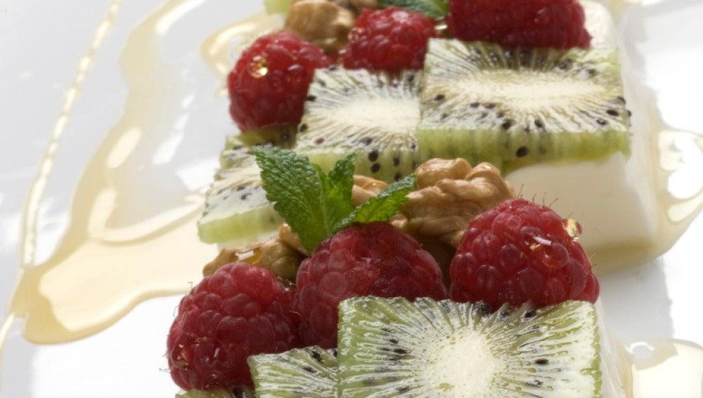 Queso fresco con nueces y fruta