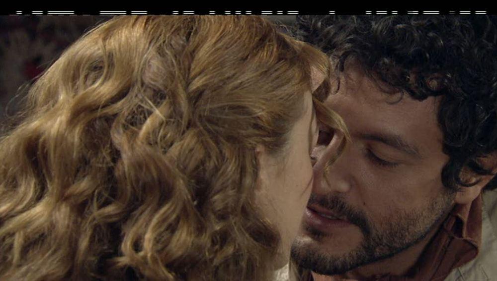 Sara y Roberto brindan por la justicia y se acercan cada vez más