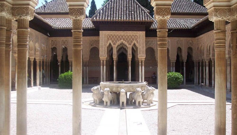 Patio de los Leones, uno de los principales atractivos de la Alhambra