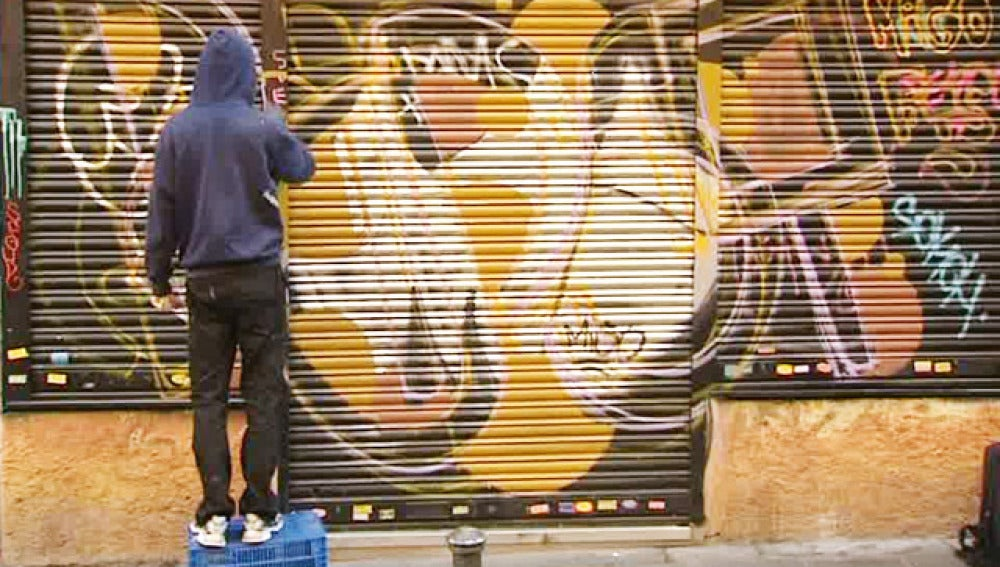 Grafiteros en el barrio de Malasaña
