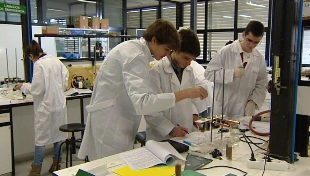 Alumnos en un laboratorio