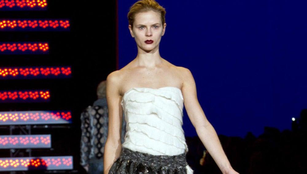 Una modelo luce una prenda de la colección Otoño-Invierno 2011 del diseñador español Custo en nueva York