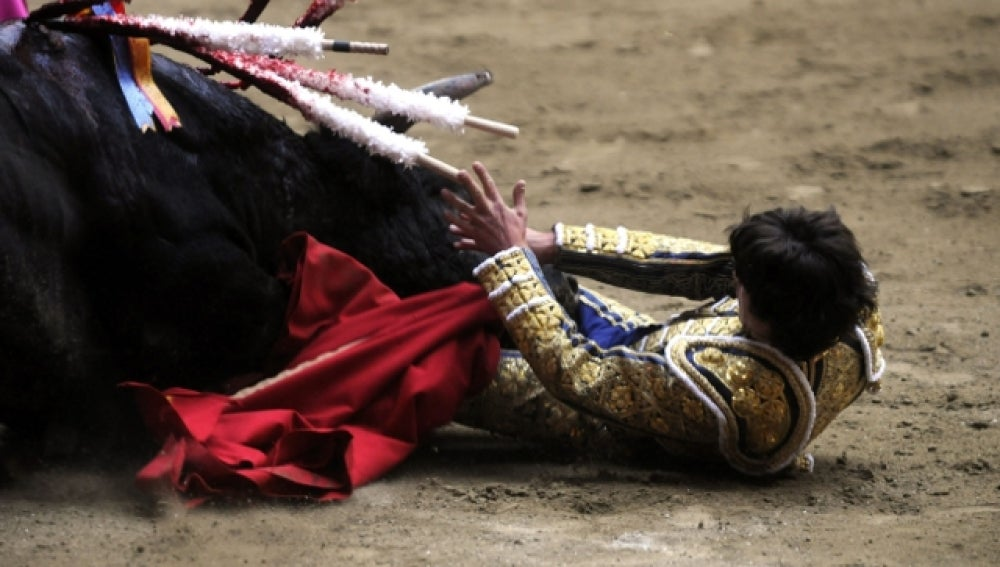 Espectacular cogida de Castella