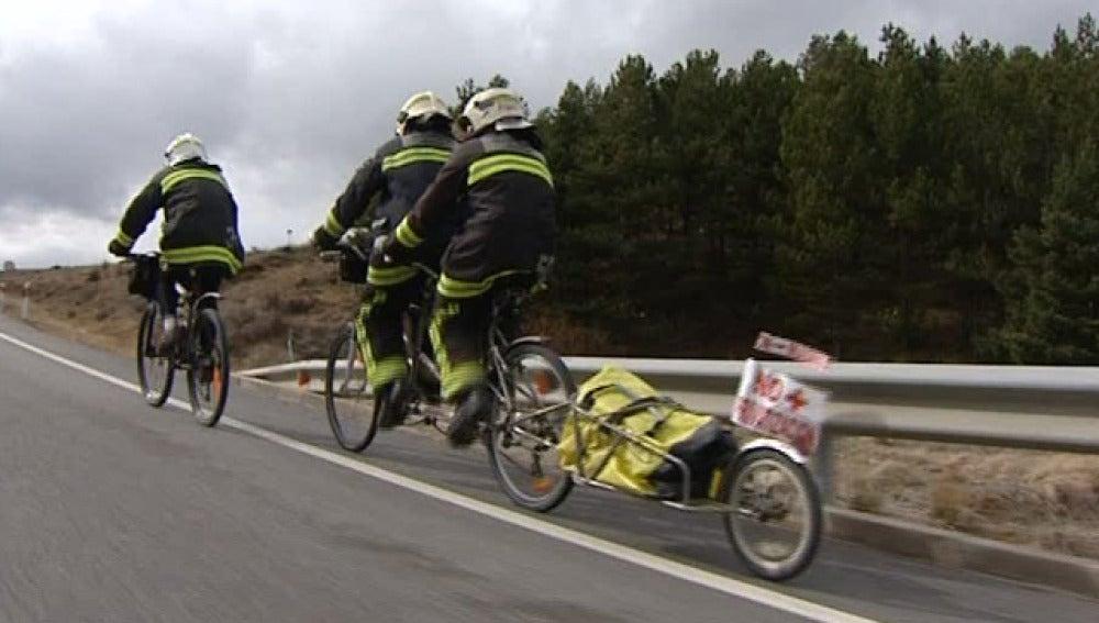 Un grupo de bomberos viaja en bici hasta Madrid