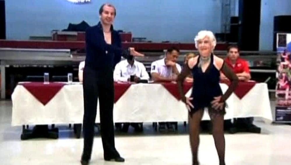 Una bailarina de salsa con 76 años