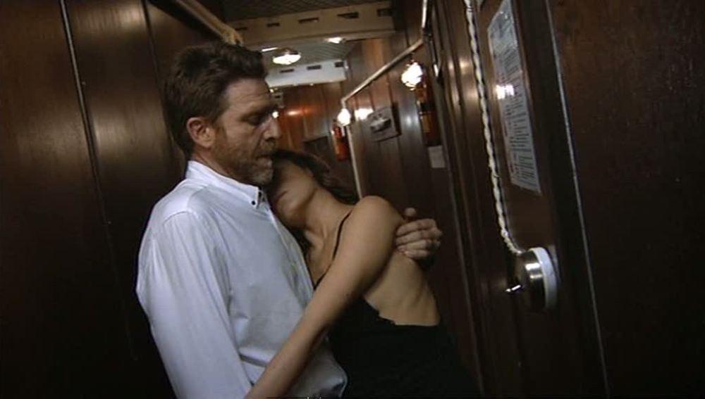 El capitán lleva a Julia a su camarote