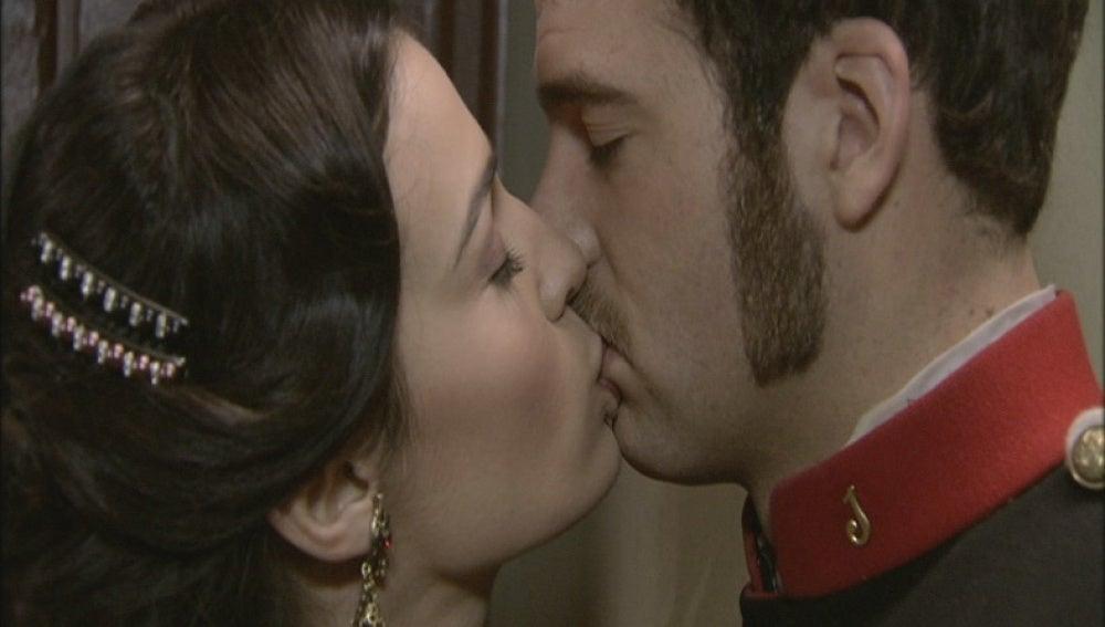 Eugenia besa a Miguel