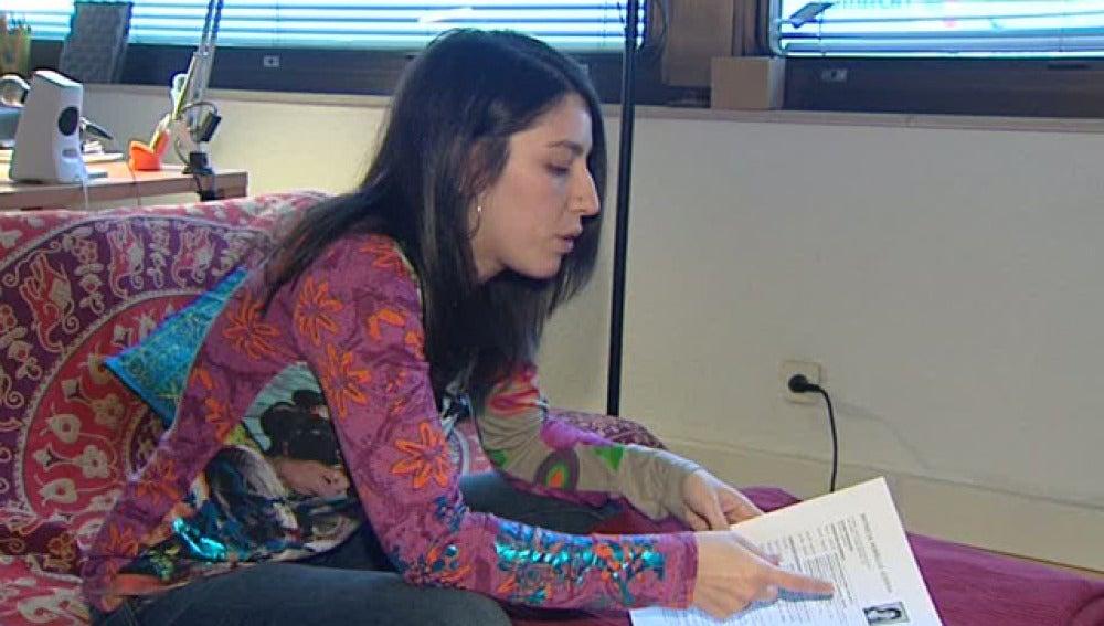 Una joven muestra su curriculum