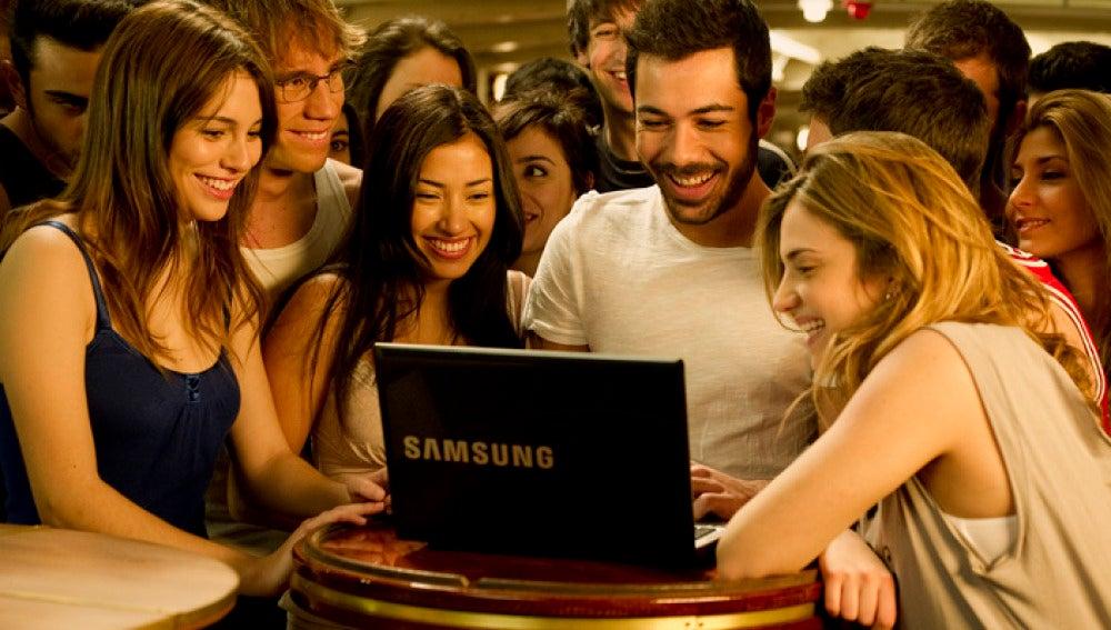 Todos miran el ordenador de Ramiro