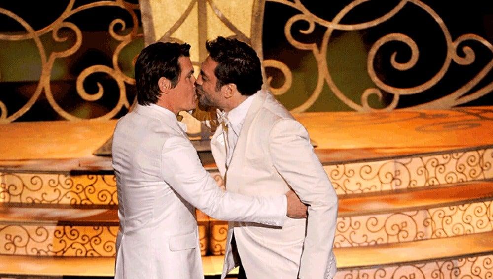 El beso censurado entre Bardem y Brolin