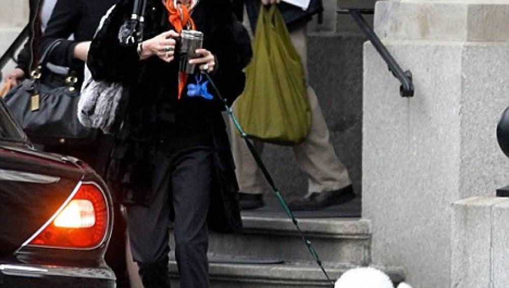 Catherine Zeta Jones de paseo con su perrito