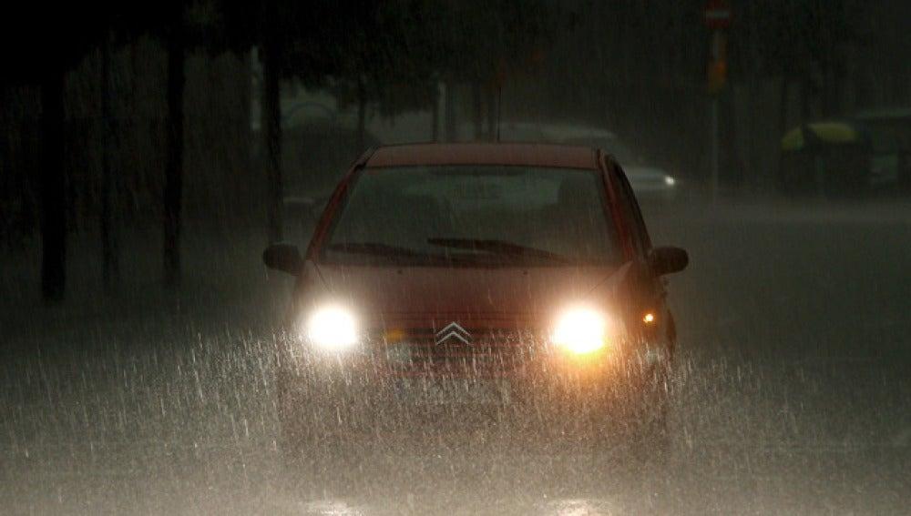 Un coche bajo la fuerte lluvia en Barcelona