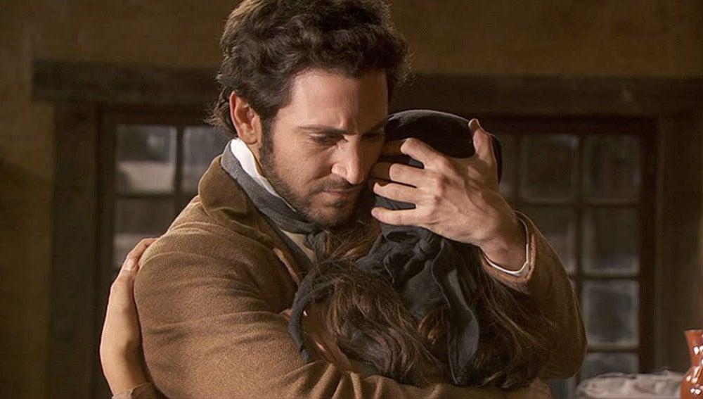 Tristán abraza a Pepa