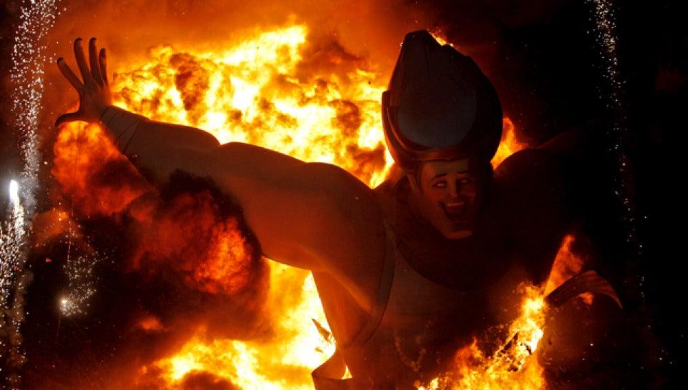 La gigantesca figura del corredor que corona la falla de la Plaza del Ayuntamiento de Valencia, envuelta en llamas